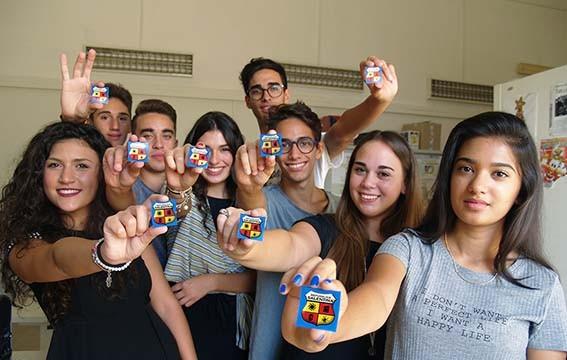 Studenti mostrano stemma Repubblica Salentina
